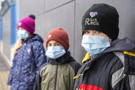 Turkulaiset alakoululaiset Otso (oik.), Kasper ja Aava ovat käyttäneet maskeja koulussa jo kuukausia.
