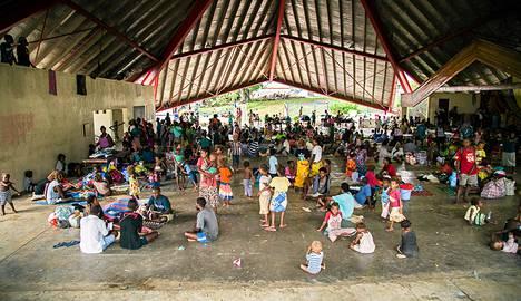 Tulvan alta pelastettuja ihmisiä evakuointikeskuksessa pääkaupunki Honiarassa 5. huhtikuuta.