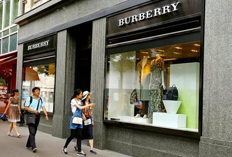 The Timesin mukaan Burberry on tuhonnut ylijäämätuotteitaan polttamalla niitä viime vuoden aikana noin 32 miljoonan euron arvosta.