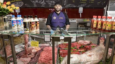 Alanya-marketista Puhoksen ostoskeskuksesta voi ostaa esimerkiksi kokonaisen lampaan ruhon. Lihatiskillä palvelee Zeyned Gunbeyi.