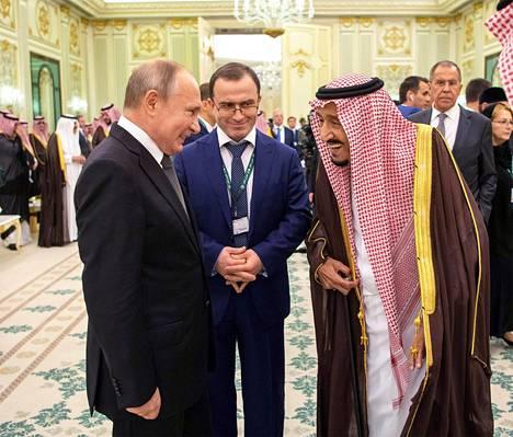 Venäjän presidentti Vladimir Putin (vas.) keskusteli maanantaina Saudi-Arabian kuninkaan Salmanin kanssa Saudi-Arabian pääkaupungissa Riadissa.