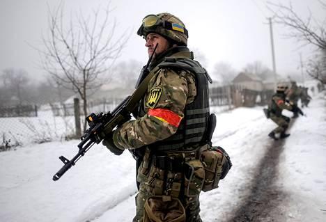 Yhdysvallat on tähän asti toimittanut Ukrainan armeijalle muun muassa luotiliivejä. Ukrainan sotilas partioi Luhanskin alueella.