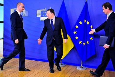 José Manuel Barroso (kesk) toivotti Ukrainan pääministerin Arseni Jatsenjukin (vas) tervetulleeksi EU:n päämajassa Brysselissä.