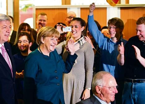 Liittokansleri Angela Merkel sai maanantaina riemukkaan vastaanoton saapuessaan puolueensa CDU:n päämajaan Berliinissä.