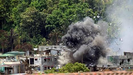 Räjähdykset ravistelivat Marawin kaupunkia Filippiineillä tiistaina, kun ilmavoimat pommittivat islamistien hallussaan pitämiä kaupunginosia.
