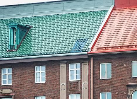 Suojelutaloon rakennettu esimerkki-ikkuna näkyy lähellä punaisen ja vihreän katon rajaa, vihreän katon puolella.