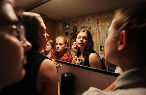 """""""Olemme kannustaneet toisiamme jo vuosia. Yläastevuosina se oli tarpeen, kun koulussa toiset oppilaat paheksuivat jo kumisaappaiden käyttämistä"""", Aino Purhonen, 18, (keskimmäinen peilikuvassa) kertoo."""