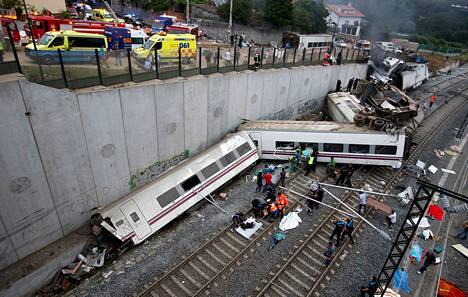 Madridista lähtenyt juna suistui raiteiltaan lähellä Santiago de Compostelan asemaa.