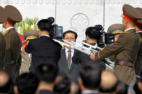 Pohjois-Korean johtajan Kim Jong-unin tädin mies Jang Song-thaek seurasi sotilasparaatia Pjongjangissa heinäkuussa.