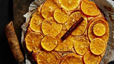 Sokeriliemessä kuorineen keitetyt mandariiniviipaleet tekevät kakusta todella aromikkaan.