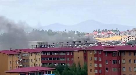 Kuvakaappaus videolta, jossa näkyy savua nousevan pääkaupunki Addis Abebassa protestien seurauksena.