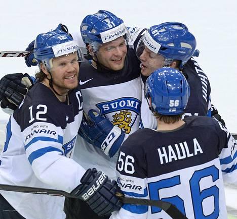 Iiro Pakarinen (kesk.) on tehnyt voittolaukauskilpailussa Suomen voittomaalin. Maalintekijää onnittelevat Leijonien toisen maalin varsinaisella peliajalla tehnyt Olli Jokinen, Erik Haula ja Tommi Huhtala.