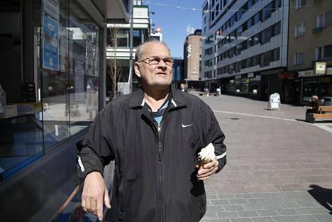 Markku Vidman on huomannut, että ihmiset tarkkailevat toisiaan entistä enemmän. Häntäkin, eläkeläistä, toisinaan väistetään.