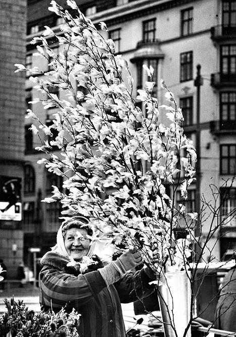 Kauppatorilla nähdään jo kevään ja pääsiäisen enteitä. – Osta, poika, 1.500 vanhaa markkaa, sanoo iloisesti naurava rouva pääsiäisoksiaan näyttäen.