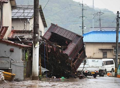 Rakennus sortui Hitoyoshissa Kumamoton prefektuurissa sunnuntaina.