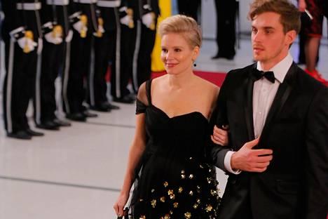 Näyttelijät Pamela Tola ja Lauri Tilkanen saapuivat yhdessä juhliin.