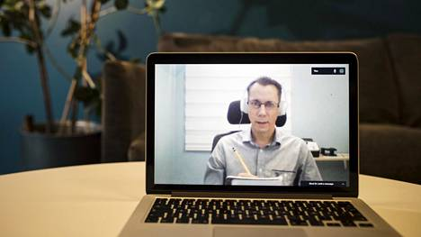 Psykiatri Juha Lehti on Väli-Amerikasta käsin videoyhteyden kautta yhteydessä suomalaispotilaisiinsa.