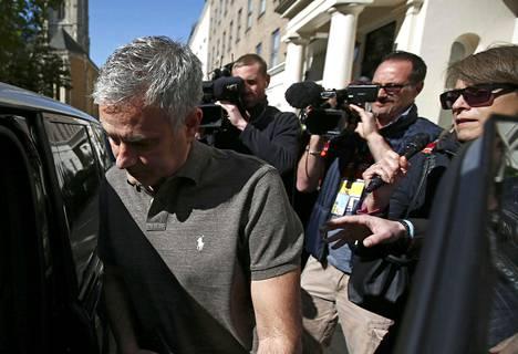 Jose Mourinho lähti tiistaina Lontoon-kodistaan tiedotusvälineiden saattelemana.