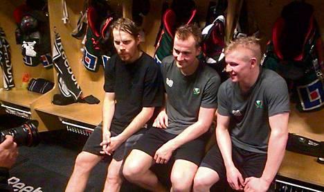 Anssi Salmela (vas.), Tero Koskiranta ja Toni Rajala tavoittelevat menestystä Färjestadissa.