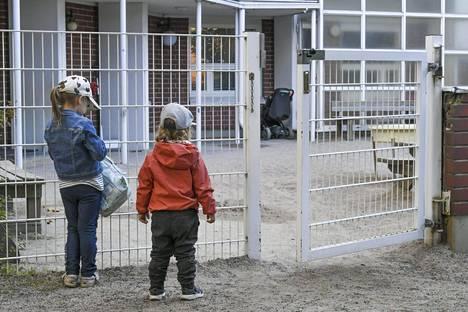 Lapsia helsinkiläisen päiväkodin portilla elokuussa 2020.