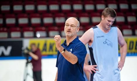 Päävalmentaja Henrik Dettmann veti keskiviikkona koripallomaajoukkueen harjoitukset.