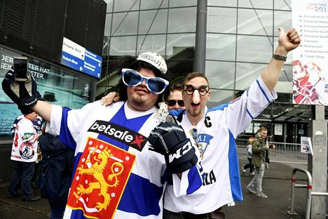 Suomen joukkueen kannattajia Kölnissä, jossa pelataan parhaillaan MM-kisoja.