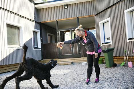 Afgaanivinttikoira Oliver oli hoitaja Miia Mäntylälle jo entuudestaan tuttu. Heillä on yhteistä historiaa jo kahdeksan vuoden ajalta. Oliver on viihtynyt aina hyvin koirahoitola Tassu & tassussa Oulunkylässä.