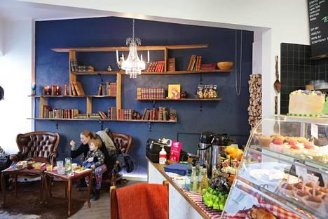 Buongiorno-kahvilan sisustus on tyylikäs. Kahvittelijoista moni on paikallisia töölöläisiä.