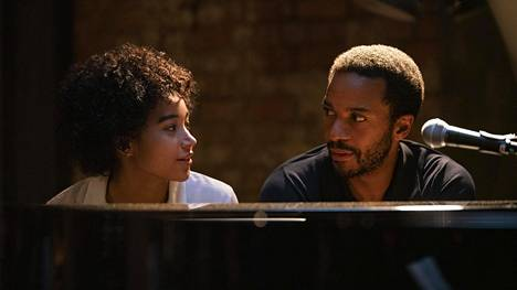 Pianisti Elliot (André Holland) saa Pariisiin vieraaksi tyttärensä Julien (Amandla Stenberg).