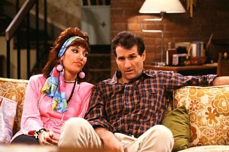 Peggy (Katey Sagal) ja Al Bundy (Ed O'Neill) naurattivat Pulmusten sohvalla vuosina 1987–1997.
