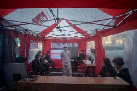 Etelä-Korean telttasairaalan odotustila Soulissa 17. maaliskuuta.