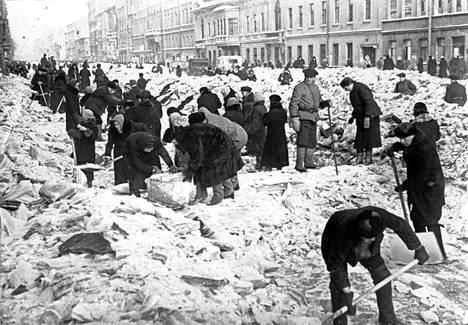 Leningradilaiset tekivät lumitöitä Nevan valtakadulla talvella 1942.