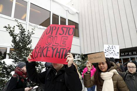 Tampereen yliopiston henkilökunta ja opiskelijoiden edustajat marssivat ulos työpaikaltaan viime torstaina.