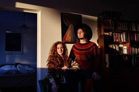 """Göteborgin yliopistossa tavanneet Pauli Lyytinen ja Anni Elif Egecioglu ovat soittaneet ja säveltäneet yhdessä ammattimaisesti jo viitisentoista vuotta. """"Musiikki on oleellinen osa meidän molempien elämää, mutta toki yritämme ottaa siihen aika ajoin myös etäisyyttä"""", sanovat he kotonaan Roihuvuoressa."""