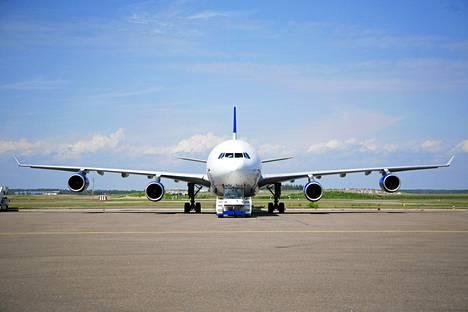 Airbus A340 -laajarunkokone Helsinki-Vantaan lentokentällä.