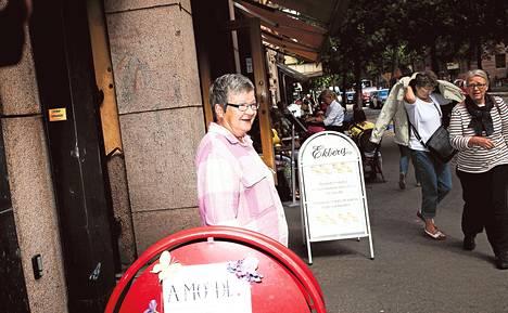Joillakin kapeilla kaduilla joutuu todella pujottelemaan mainoskylttien välistä, kertoi helsinkiläinen Terhi Luoma Bulevardilla maanantaina.