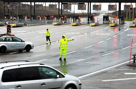 Liikennettä ohjattiin pois Juutinrauman sillalta Malmössä. Kööpenhaminaan kulkeva silta suljettiin myrskyn takia liikenteeltä torstaina.
