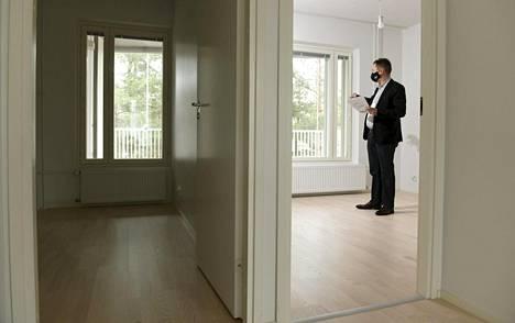 Kiinteistönvälittäjä Mikko Lahtinen esitteli myynnissä olevaa asuntoa Espoon Tapiolassa 30. maaliskuuta. Maaliskuussa asuntolainoja nostettiin 2,1 miljardia.