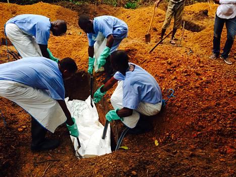 Vapaaehtoiset työntekijät hautasivat ebolan surmaaman ihmisen Kailahunissa Sioerra Leonessa tiistaina
