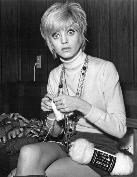 """Uusi komediennelöytö Goldie Hawn, tv:n suosittu kikattajatyttö USA:ssa, on """"Kaktuksen kukan"""" Tonina elokuvan yllättävin ilonaihe. Kuvassa Goldie on filmaustauolla."""