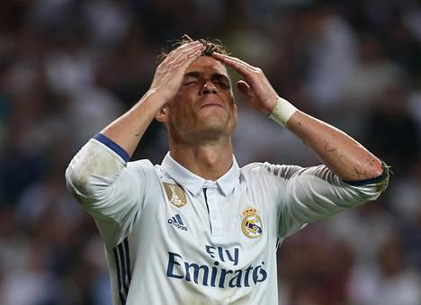 Real Madridin tähtihyökkääjä Cristiano Ronaldo reagoi hukkaamaansa maalipaikkaan ottelussa FC Barcelonaa vastaan 23. huhtikuuta.
