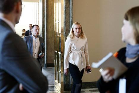 Kokoomuksen kansanedustaja Elina Lepomäki saapuu puhumaan medialle irtautumisestaan hallituksen esityksestä.