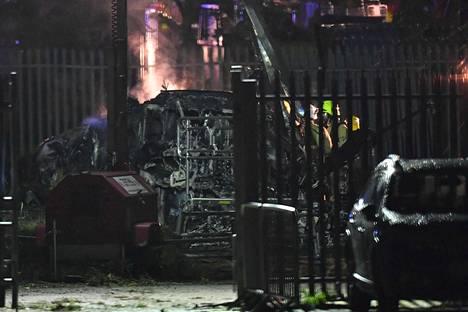Maahan pudonnut helikopteri savusi Leicester Cityn jalkapallostadionin lähistöllä lauantaina.
