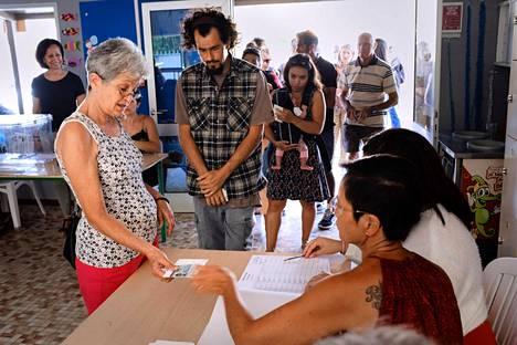 Ihmisiä äänestämässä Noumeassa Uudessa-Kaledoniassa sunnuntaina.
