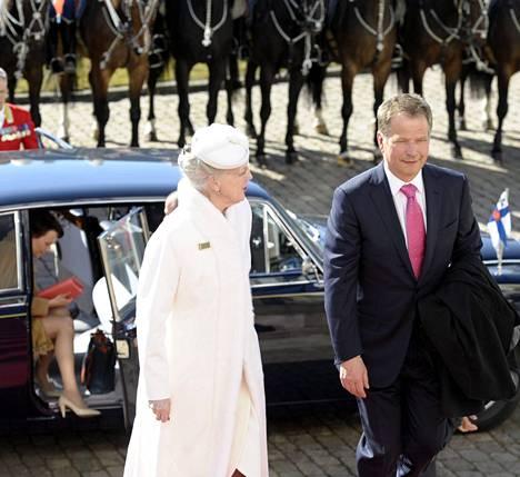 Presidentti Sauli Niinistö (oik.) ja rouva Jenni Haukio (vas.) saapuivat Tanskan kuningatar Margareetan vieraiksi Fredensborgin linnaan torstaina.