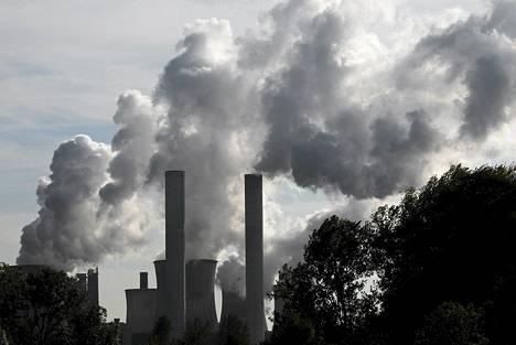 Hiilivoimala tuprutti savua Rheidtissä Saksassa lokakuussa.