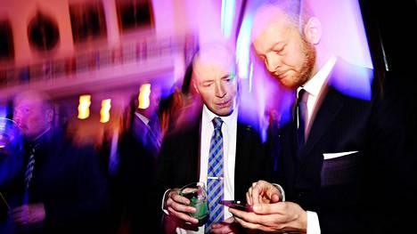 Perussuomalaisten puheenjohtajuudesta kilpailevat Jussi Halla-aho (vas.) ja Sampo Terho seurasivat ääntenlaskua puolueen vaalivalvojaisissa Ostrobotnialla huhtikuussa.