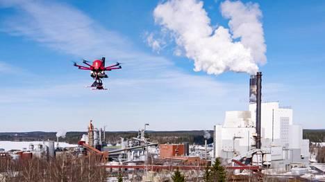 Robottikopteri lensi esittelylennolla Stora Enson tehdasalueella Imatralla.
