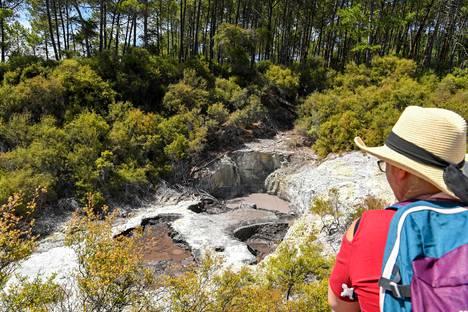 Turisti Wai-O-Tapun geotermisessä kohteessa lähellä Rotoruan kaupunkia tammikuussa 2020.