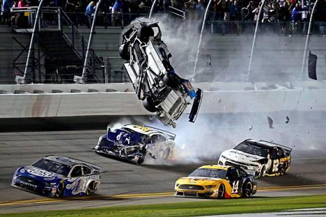 Ryan Newmanin auto otti valtavan ilmalennon törmäyksen jälkeen.